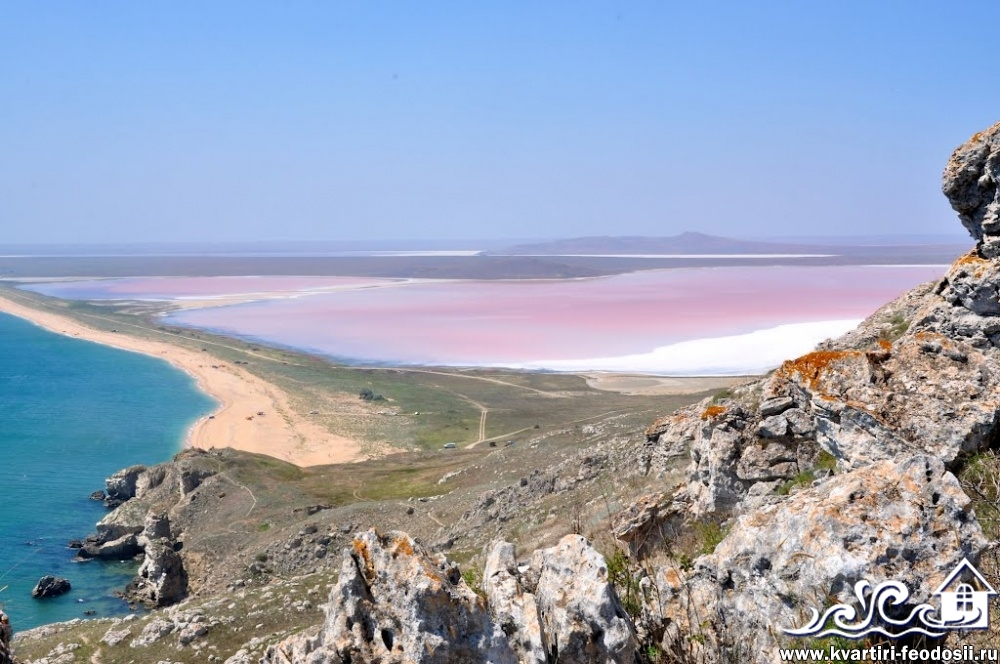 Пляж возле мыса Опук-вид на соленое озеро
