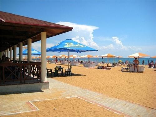 Пляж в Феодосии от гостиницы Алые паруса
