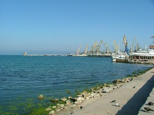 Вид на Феодосийский порт и маяк на мысе Ильи