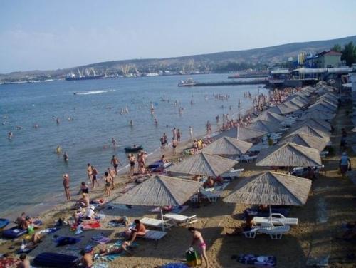 Вид на пляж в центре Феодосии