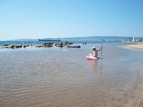 Детский пляж в районе Феодосии Камыши