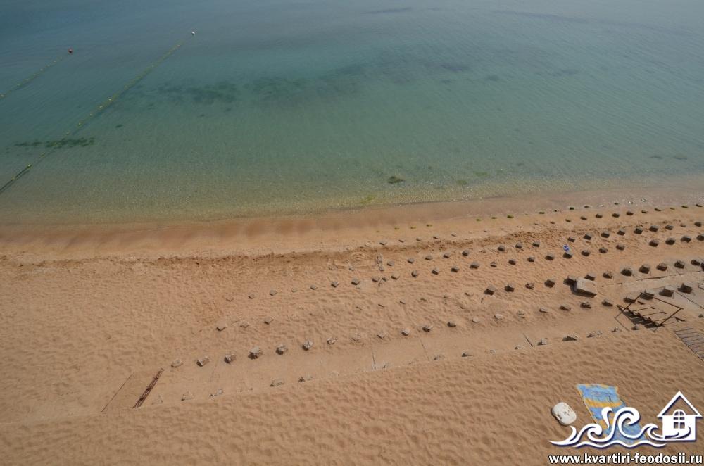 Море и часть пляжа на эллингах в Приморском у завода Море