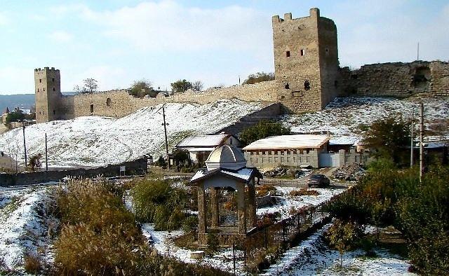 Феодосия зимой – вид на Генуэзскую крепость и церковь
