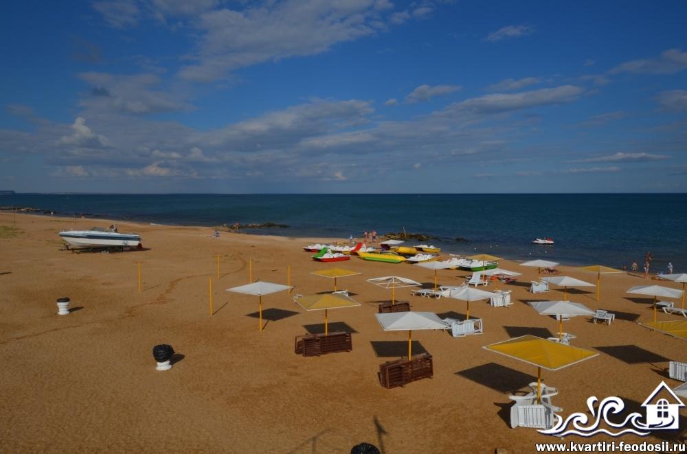 Есть зонтики от солнца и расчищен проход в море