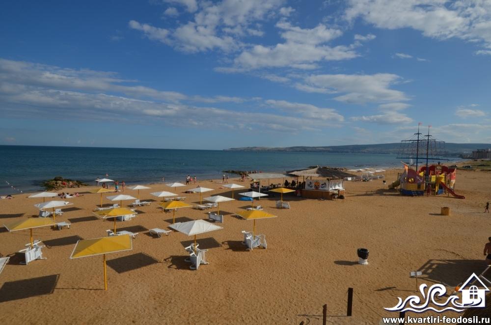 Удобное расположение летнего кафе и детской площадки на пляже  Santa Cruz