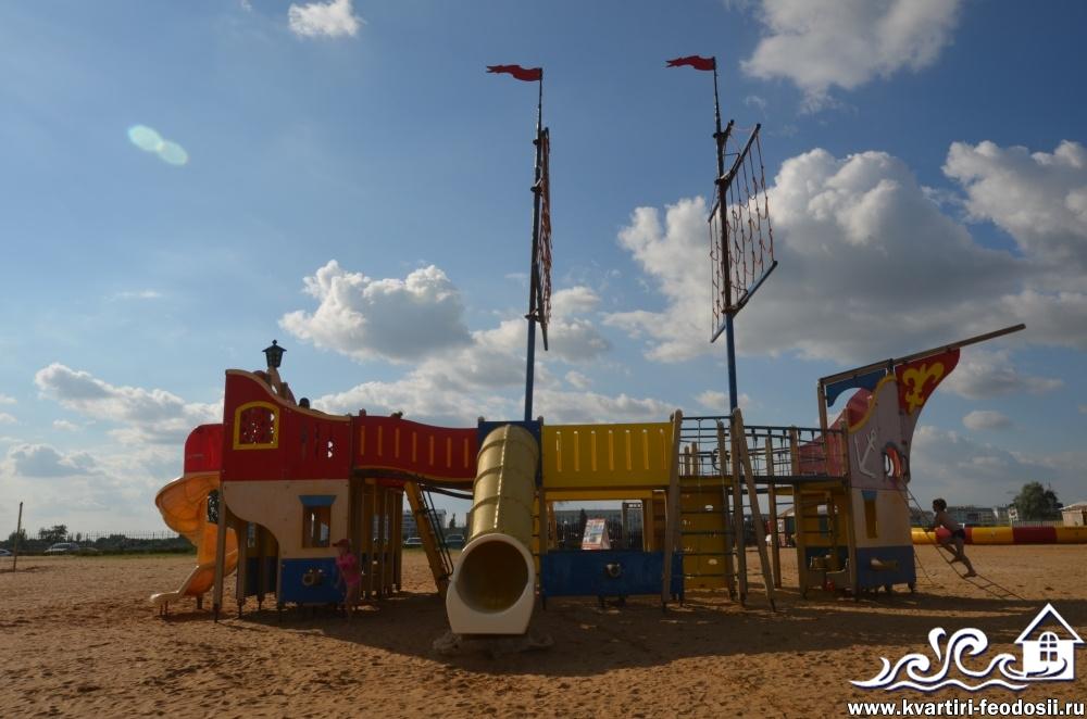 Бесплатное развлечение для детей на золотом пляже  Santa Cruz