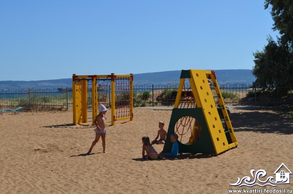 Детские качели на Золотом Пляже