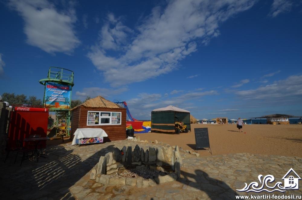 На любом оборудованном пляже можно бесплатно обмыть ноги от песка