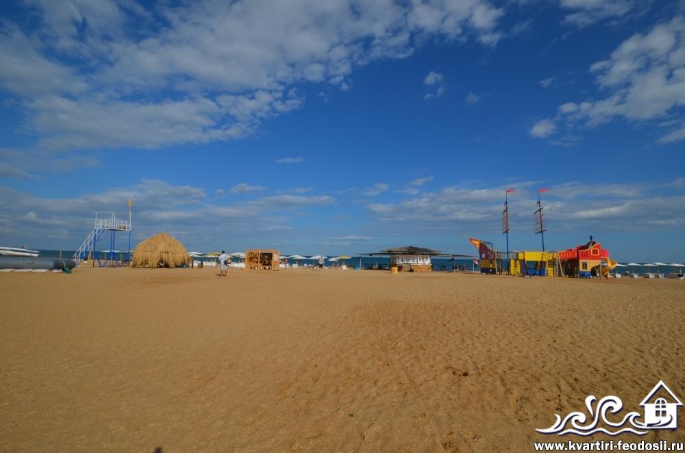 оборудованный пляж santa Cruz в Феодосии