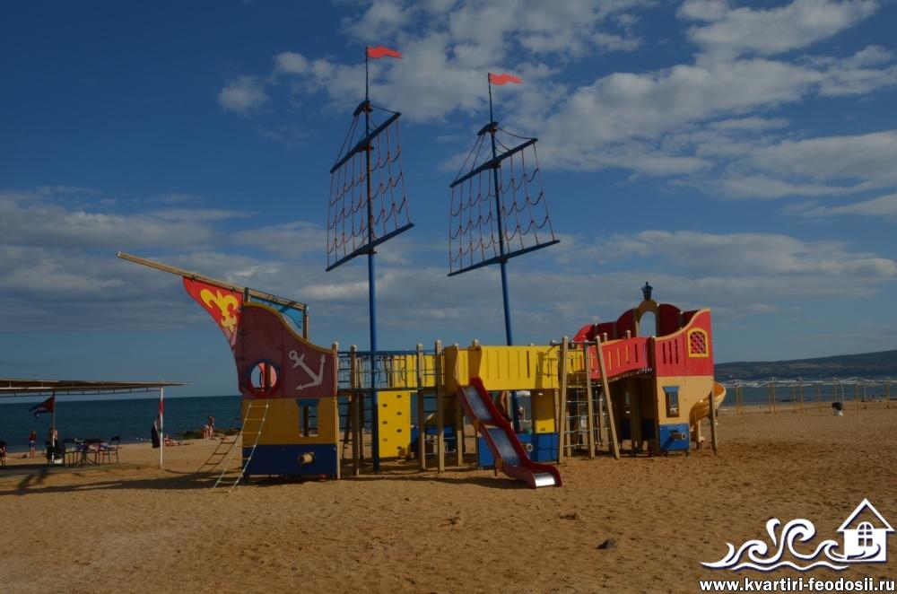 Пиратский корабль для детей на пляже Santa Cruz